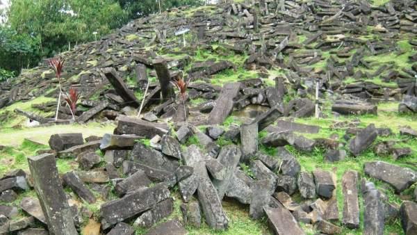Una investigación defiende la existencia de una inmensa pirámide milenaria bajo una montaña en Indonesia