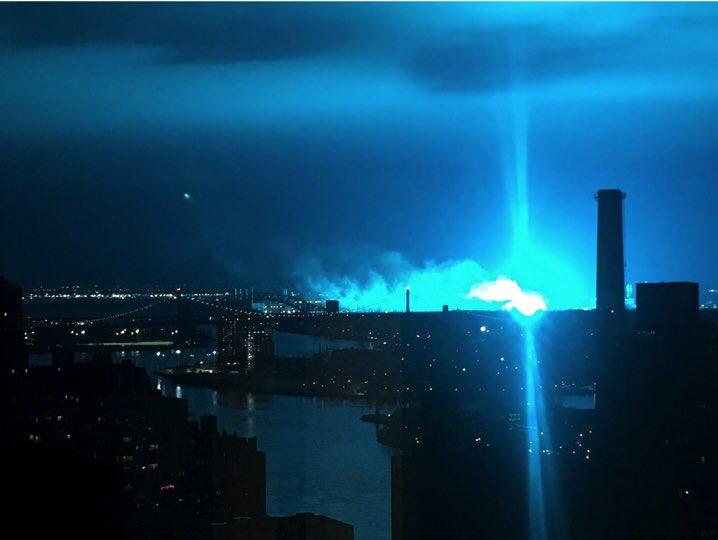 ¿Evidencia de actividad extraterrestre?El resplandor azul masivo sobre el horizonte de la ciudad de Nueva York desata teorías de invasión alienígenas