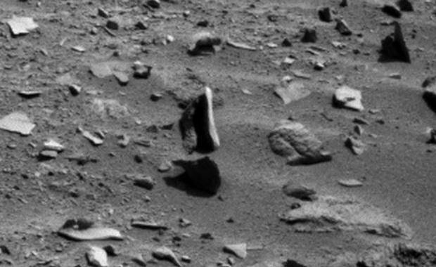 ¿Una roca que levita en Marte?