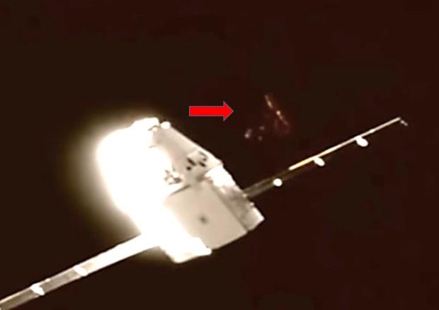 EXCLUSIVA !!Un OVNI Triangular está registrado por la NASA durante la misión DRAGON-SPACE X