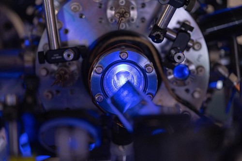 Un láser de plasma neutro frío para simular estrellas superdensas