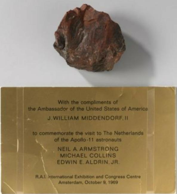 ¿Nueva prueba de que EEUU no estuvo en la Luna? La piedra lunar que Armstrong regaló a los Países Bajos es falsa