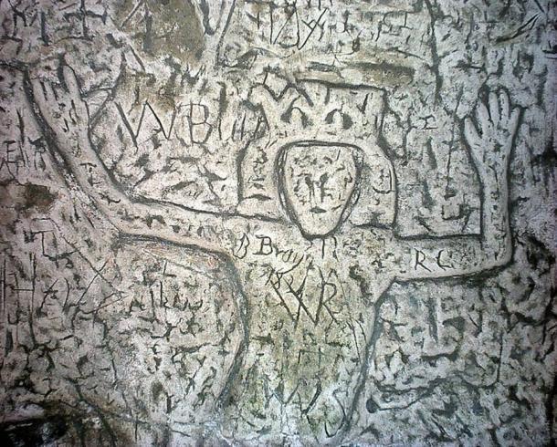 Símbolos y esculturas enigmáticas de la cueva hecha por el hombre en Inglaterra confunden expertos