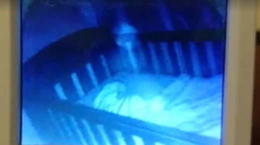 Madre graba ' fantasma' sobre la cuna de su bebé