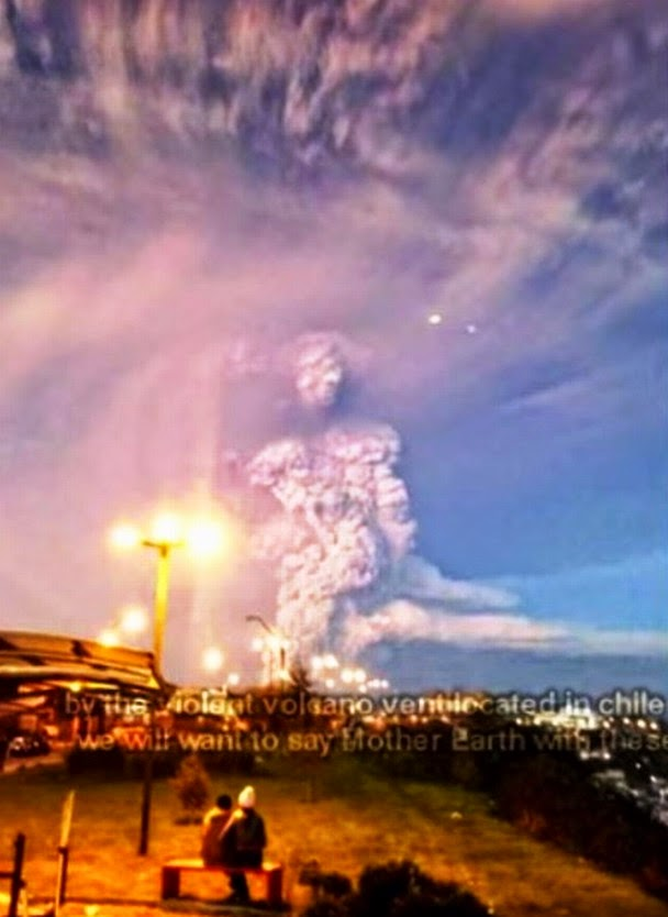 Misteriosa figura de un titán se forma con las nubes de cenizas del volcán Calbuco