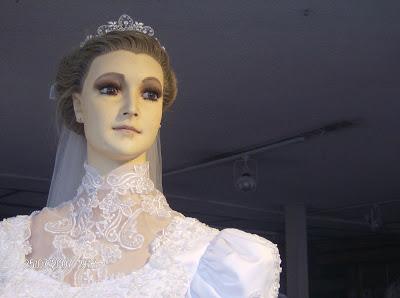 Este maniquí de una tienda de Novias en México esconde un oscuro secreto.