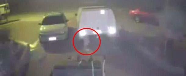 Cámara de seguridad graba una misteriosa figura blanca flotando en un parking de Australia