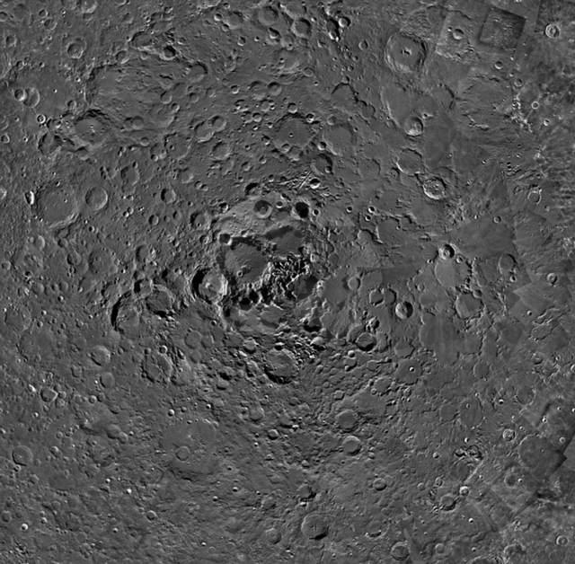 Algo extraño sucede con las sombras en esta imagen del Polo Norte lunar