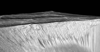 NASA confirma la evidencia que el agua líquida en Marte Flujos de hoy