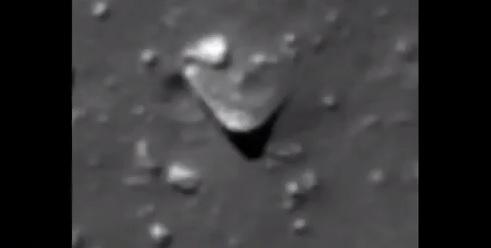 Algo enterrado en la luna