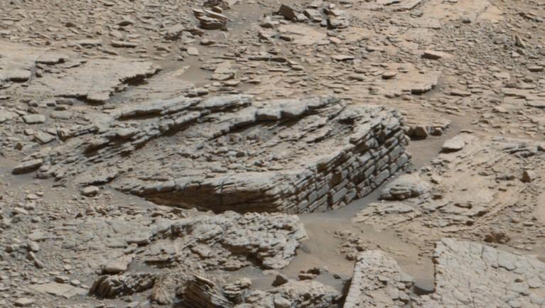 Antiguas murallas y un monolito descubiertos en Marte