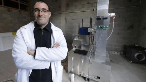 Este inventor francés construyó una máquina que convierte 1 kg de plástico en gasolina y Diesel