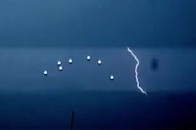 Espectacular formación de ovnis visto durante una tormenta severa