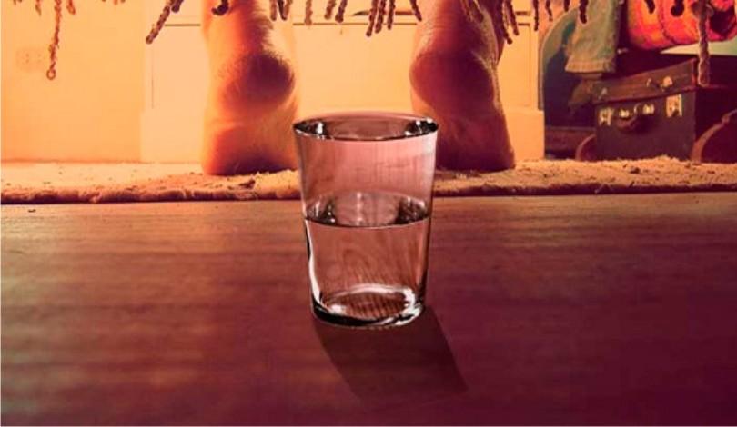 Pon un vaso de agua bajo tu cama cada noche y quedarás sorprendido!
