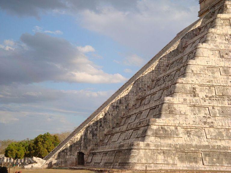 El descenso del dios serpiente emplumada Kukulkan en Chichen Itza durante el equinocio. Su correspondiente azteca fue Quetzalcoatl. Fue una de las deidades de mayor importanci
