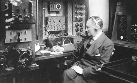 Marconi, operando dentro del Laboratorio Elettra, 1930