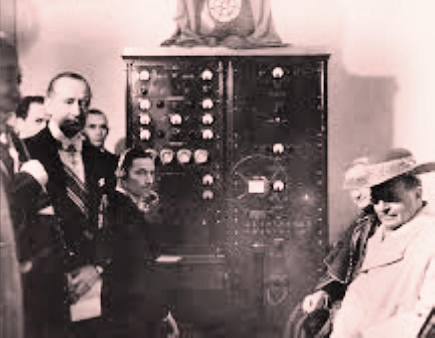 Inauguración de Radio Vaticana por Marconi en 1931, que en la foto posa vestido de gala. Con sombrero sentado, el Papa Pío XI, un fanático de la tecnología