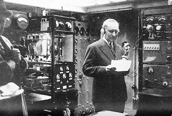 Guglielmo Marconi, a bordo de su barco Elettra, durante los preparativos del encendido eléctrico, para alumbrar un municipio australiano