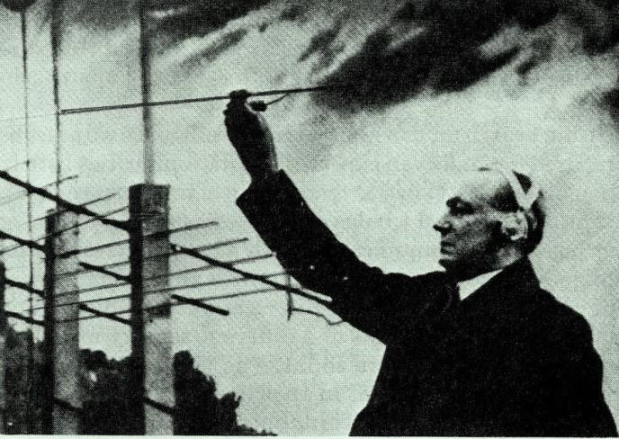 Marconi instalando una antena direccional, para una radio de New York, 1937