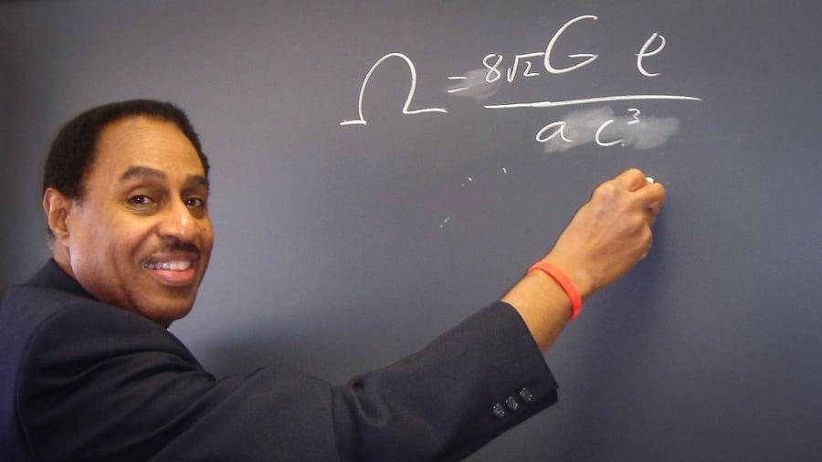 Astrofísico asevera conocer como edificar una máquina del tiempo