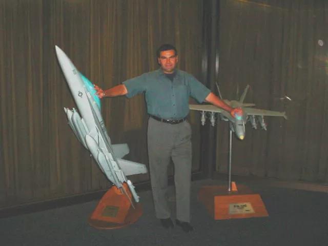 La supuesta imagen de Salvatore Pais, de pie entre los grandes modelos Super Hornet y Growler.
