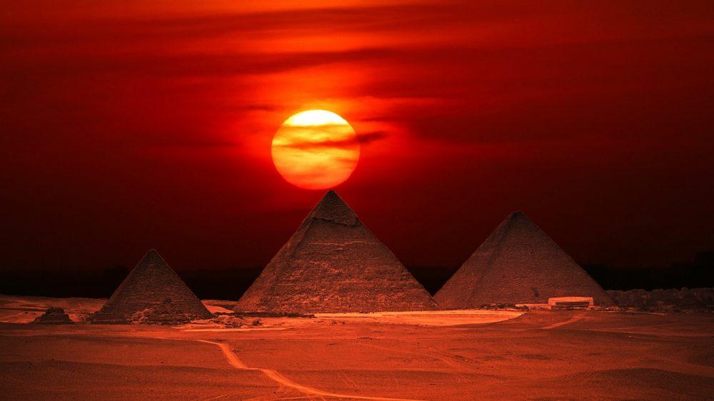Las pirámides de Giza al atardecer. Shutterstock