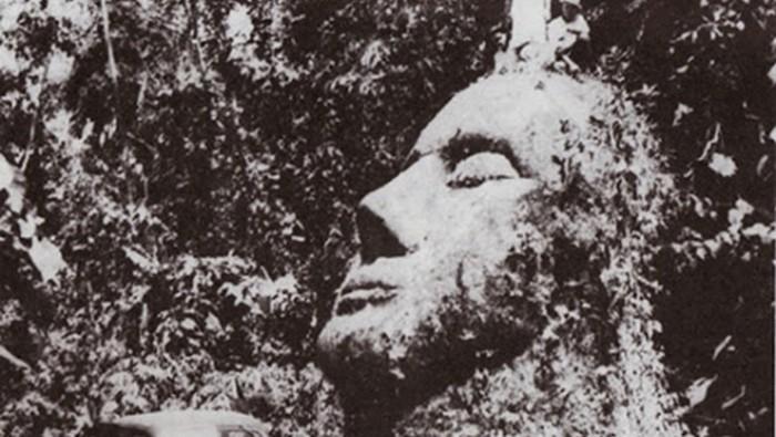 Fotografía de la estatua alienígena de la selva de Guatemala