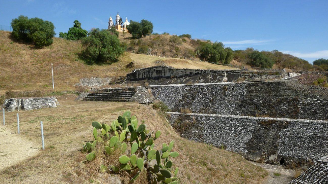 Una vista de las ruinas de la Gran Pirámide y la Iglesia de Nuestra Señora de los Remedios. Shutterstock