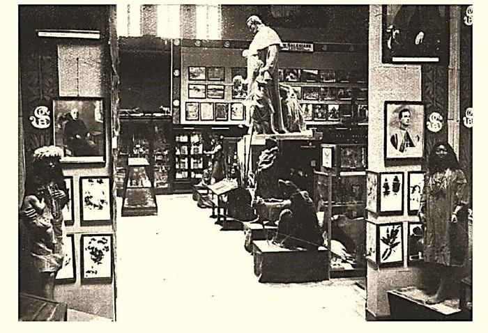 Fotografía que retrata la Exposición Misionera Internacional, llevada a cabo entre 1924-26. Turín, Italia. Aquí la sala indígena, en primer plano, el fundador de la orden salesiana, Don Bosco