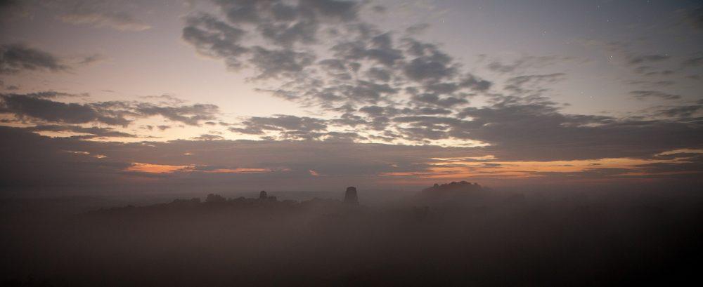 ¿Puedes ver la punta de una de las pirámides de Tikal que no cede en la niebla? Shutterstock