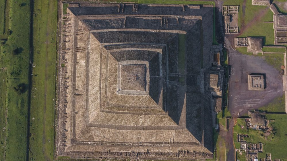 Vista aérea (vista aérea) de la Pirámide del Sol en Teotihuacan. Shutterstock
