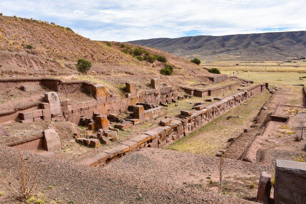 La entrada a la pirámide escalonada Akapana en Tiahuanaco. Shutterstock