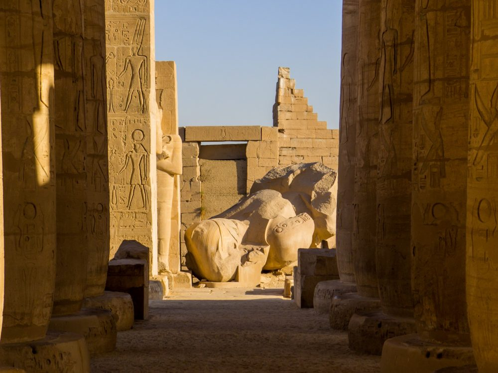 Una vista de la enorme estatua de Ramsés II en el Templo Ramesseum en Luxor. Shutterstock