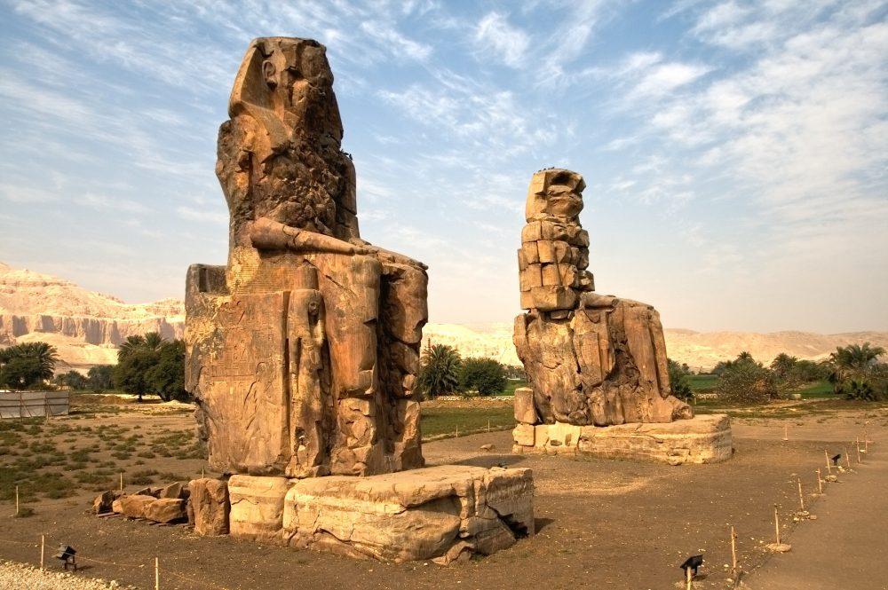Una fotografía de los colosos de Memnon, cerca de Luxor, Egipto. Shutterstock