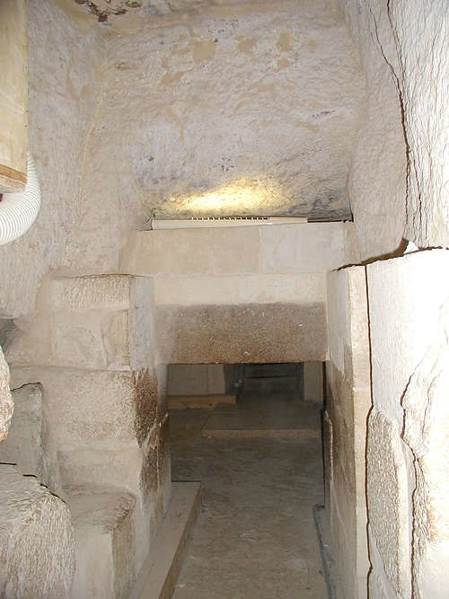 La sala Portcullis dentro de la Pirámide de Menkaure. Crédito de la imagen: Jon Bodsworth. Archivo de Egipto.