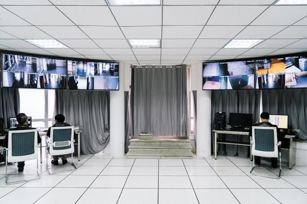 La sala del monitor central en el Laboratorio Nacional de Seguridad Biológica de China