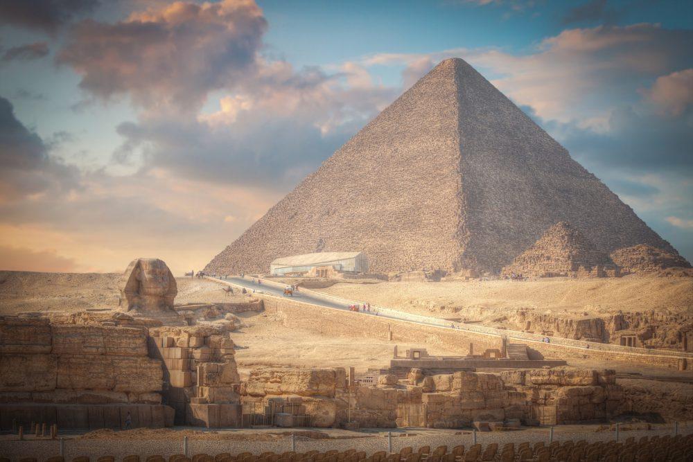 Una imagen de la Gran Pirámide de Giza y la Esfinge al atardecer. Shutterstock