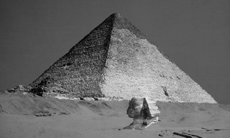 Una imagen rara de la Gran Pirámide de Giza y la Esfinge todavía enterrada bajo la superficie. Shutterstock