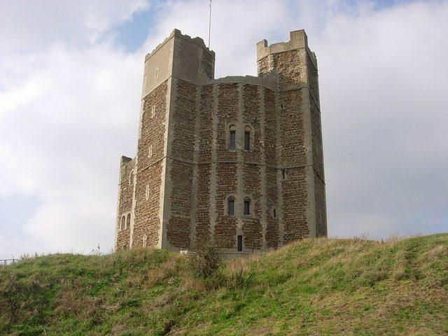 Monstruos acechando en y alrededor de los antiguos castillos