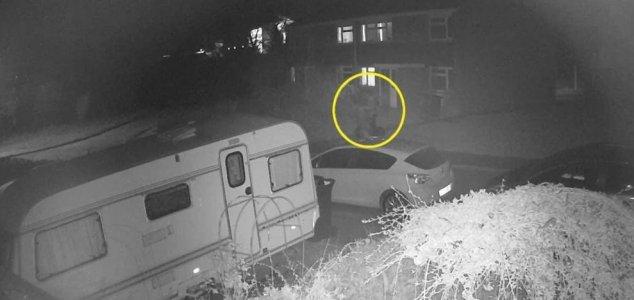 Mujer captura 'figura fantasmal' en CCTV