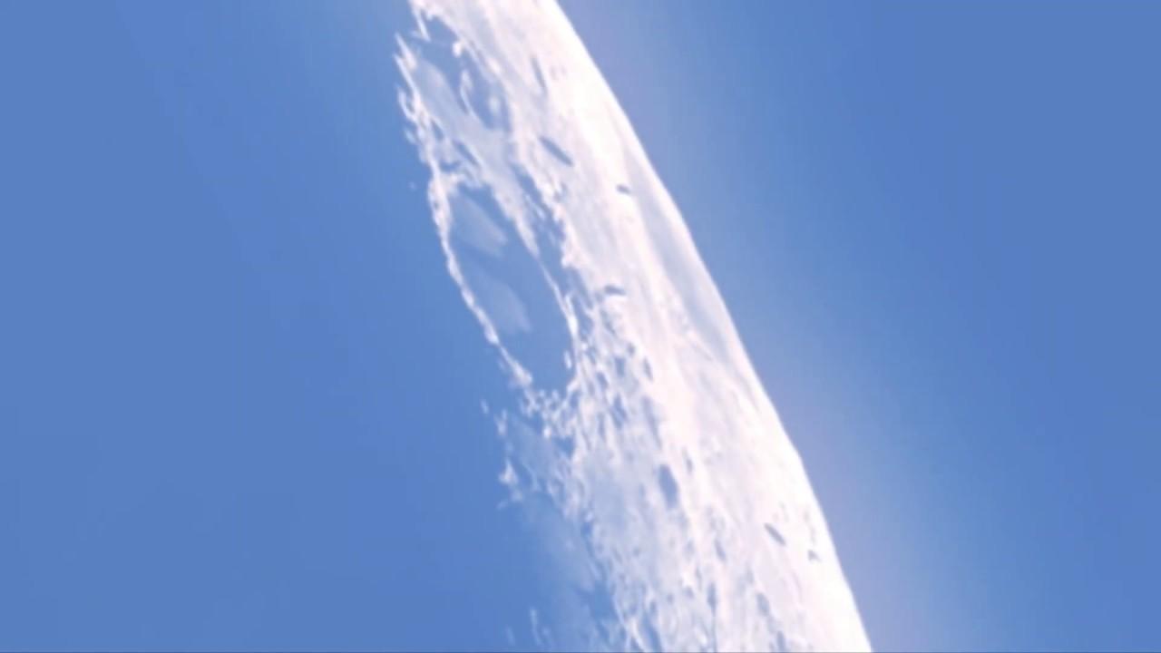 Tres enormes naves espaciales pasan sobre la superficie de la Luna