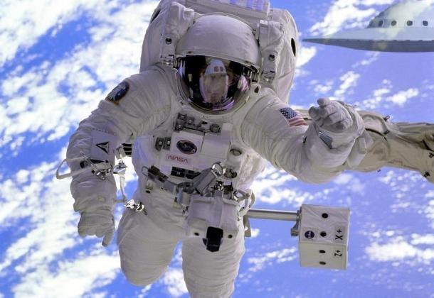 Astronauta REVELA que se encontró con decenas de OVNIs durante su misión espacial (Vídeo)