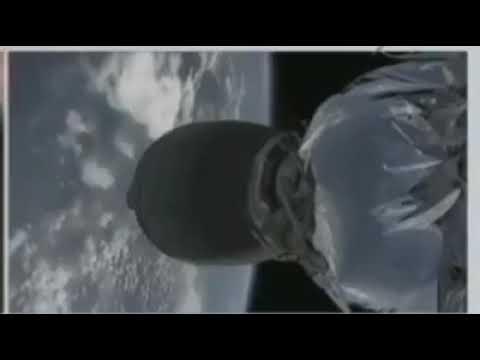 Rata saliendo de un motor de cohete en el espacio