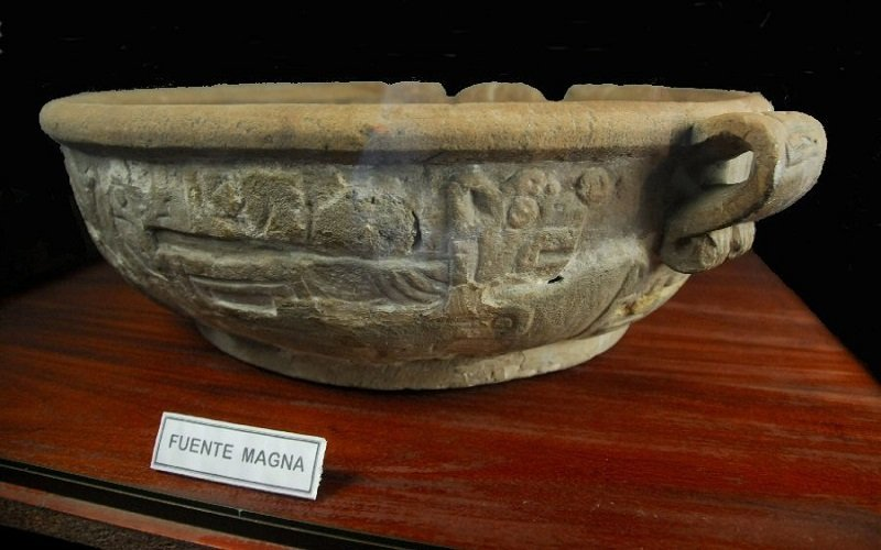 antiguo recipiente de cerámica en un terreno privado situado en Chúa