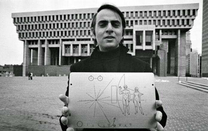 ¿Qué contiene el mensaje interestelar enviado por Carl Sagan a los alienigenas?