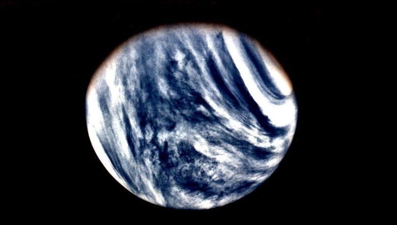 Una vista global de Venus en luz ultravioleta vista por Mariner 10. Crédito de la imagen Wikimedia Commons Dominio público.