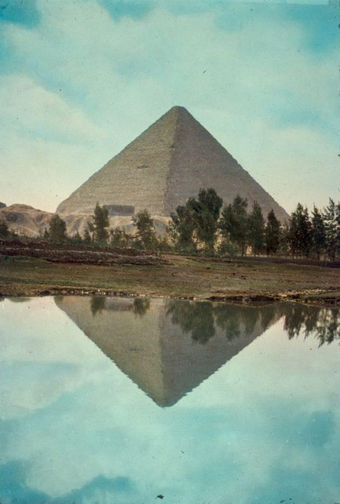 La Gran Pirámide de Keops se refleja vívidamente en el desbordamiento del Nilo. Crédito de la imagen: Matson Photo Service / Biblioteca del Congreso. Imagen tomada entre 1950 y 1977.