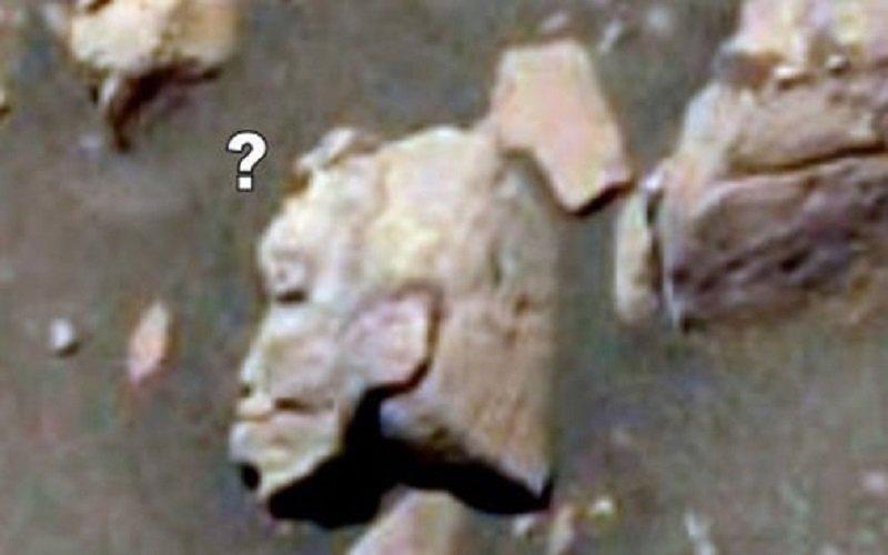 una estatua de guerrero alienígena en Marte