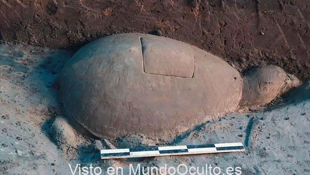 Arqueólogos descubren un antiguo transmisor de radio de cristal dentro de una tortuga de piedra
