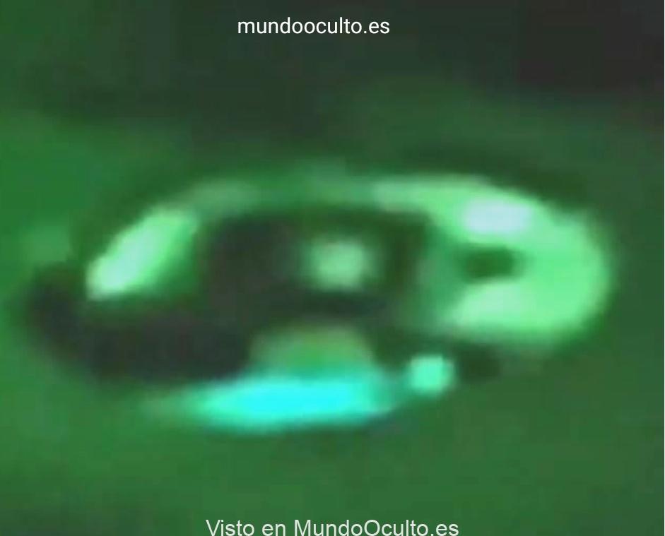 Objeto «No Identificado» con forma de disco vuela a través de una aurora boreal (VÍDEO)